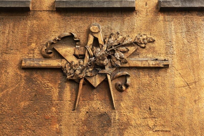 Het embleem van de Grungevrijmetselarij op een dramatische achtergrond - vrijmetselaars- tri stock foto's