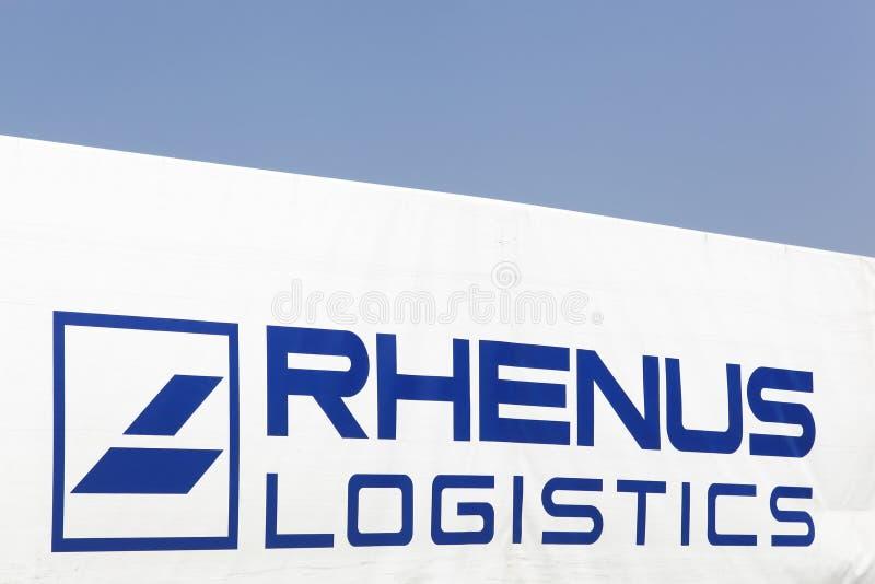 Het embleem van de Rhenuslogistiek op een vrachtwagen stock foto's