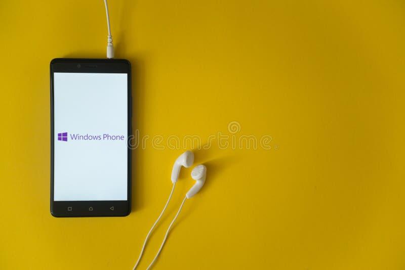 Het embleem van de vensterstelefoon op het smartphonescherm op gele achtergrond royalty-vrije stock foto's