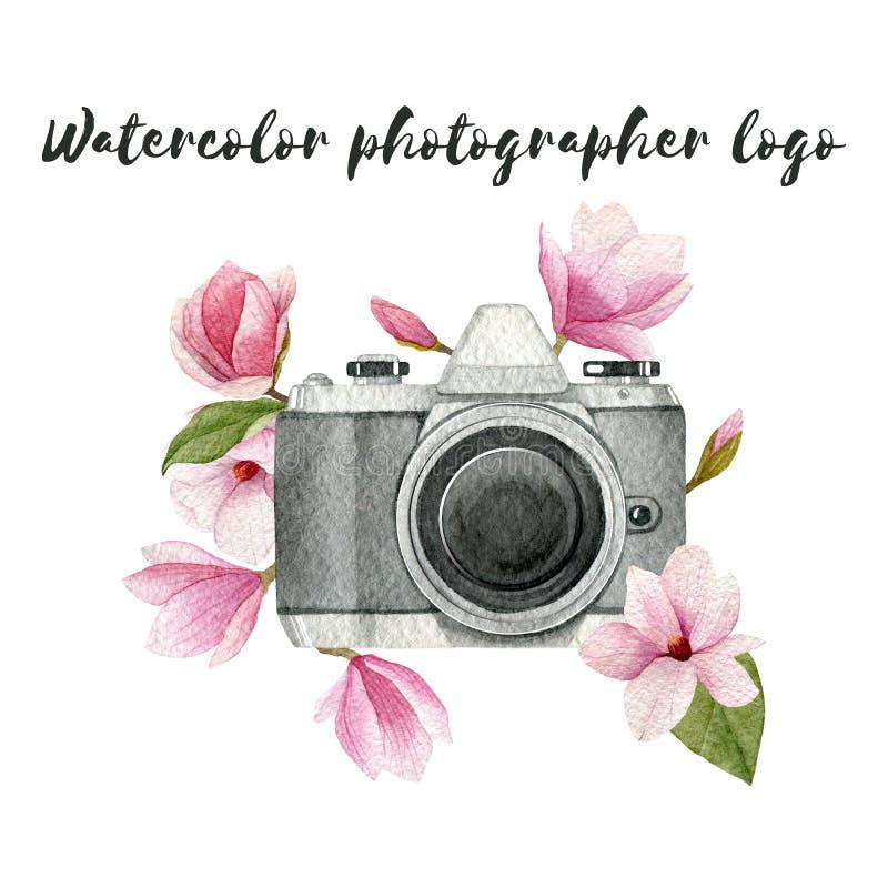Het embleem van de waterverffotograaf met uitstekende van de fotocamera en magnolia bloemen Hand getrokken die de lenteillustrati royalty-vrije illustratie