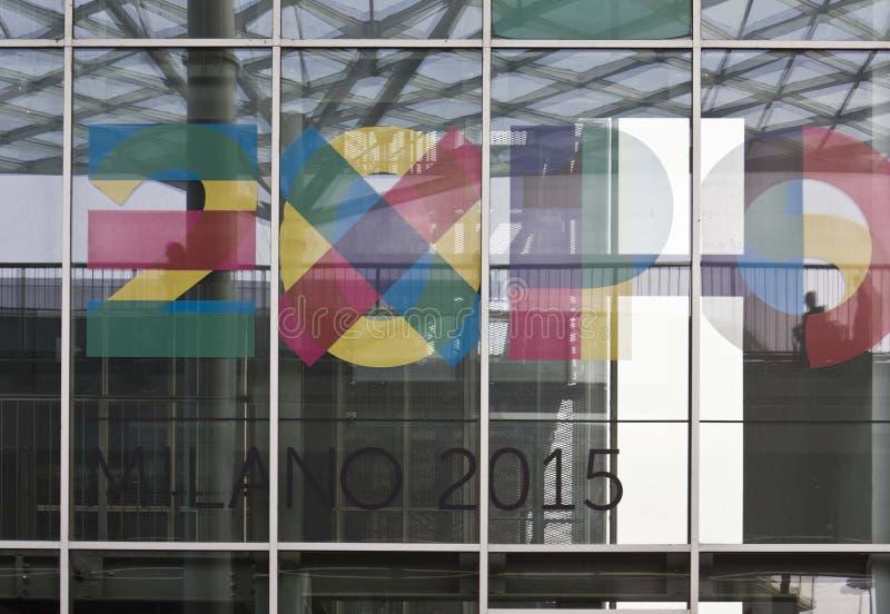 Het embleem van Expo 2015 op het venster wordt gestempeld dat stock foto's