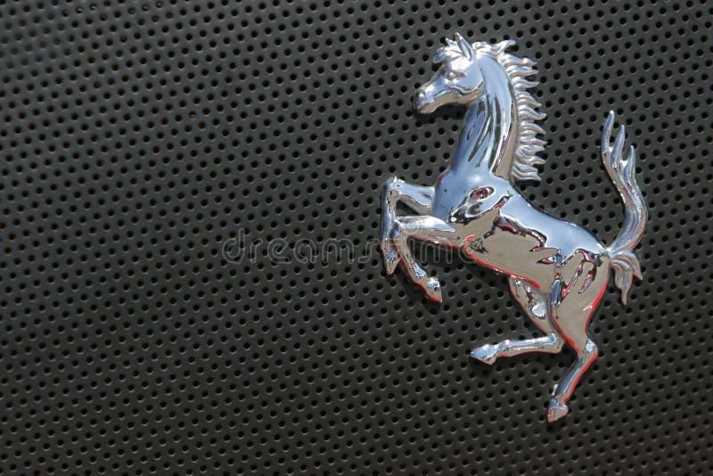 Het embleem van Ferrari op grijze sportwagen royalty-vrije stock fotografie