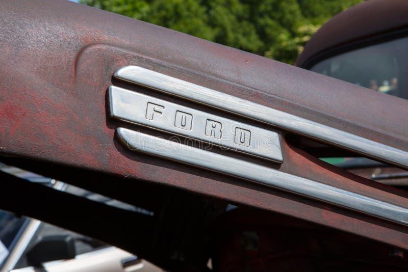 Het embleem van het Ford-motorbedrijf op een oude Amerikaanse klassieke auto stock foto