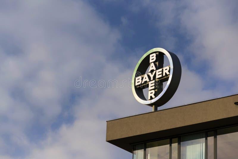 Het Embleem Van Het Bayer Farmaceutische Bedrijf Op De Bouw Van