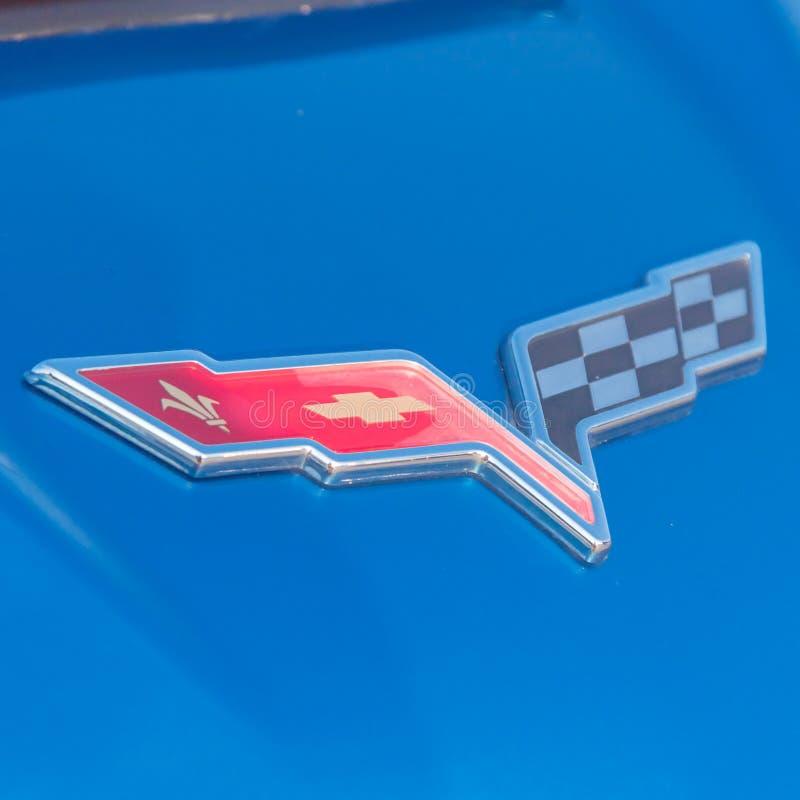 Het embleem van het korvetmerk op blauwe die convertibel door Chevrole wordt vervaardigd royalty-vrije stock foto's