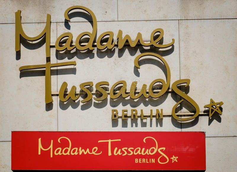 Het embleem van Mevrouw Tussauds op voorgevel stock afbeeldingen