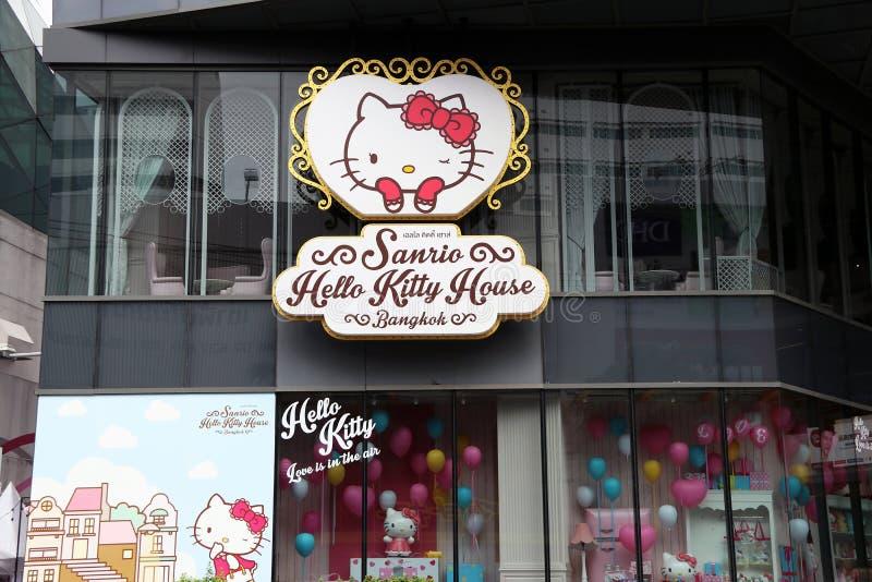 Het embleemteken naast de winkel van de koffie van Sanrio Hello Kitty en de bakkerij winkelen bij het vierkante winkelcentrum van stock foto