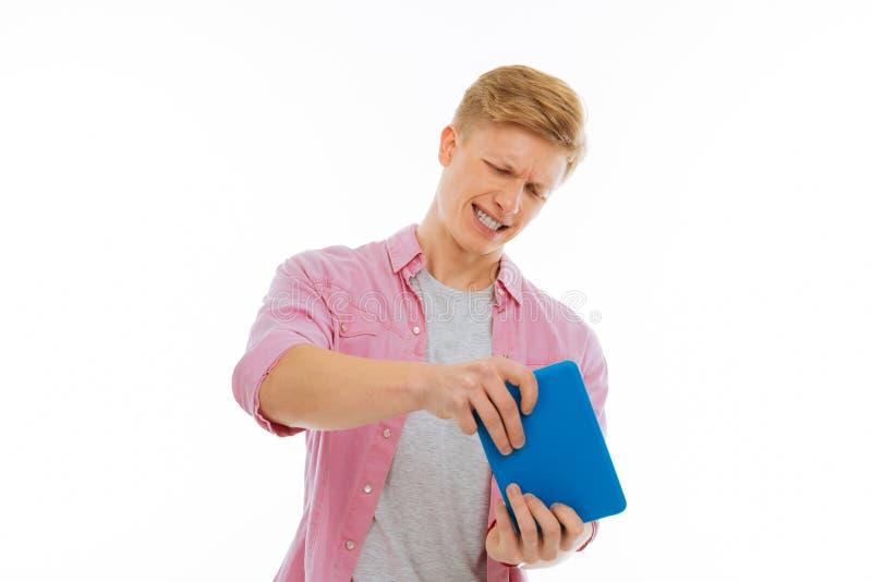 Het emotionele de mens van Nice spelen op de tablet stock afbeelding