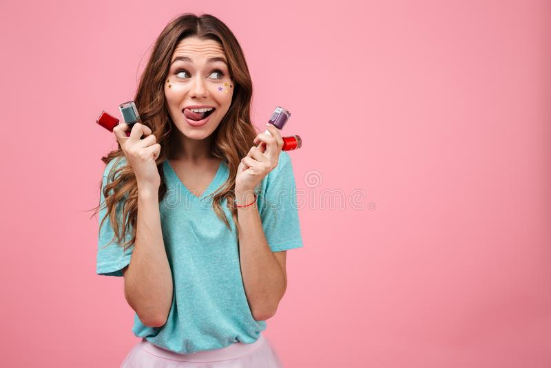 Het emotionele jonge nagellak van de vrouwenholding en opzij het kijken stock foto's
