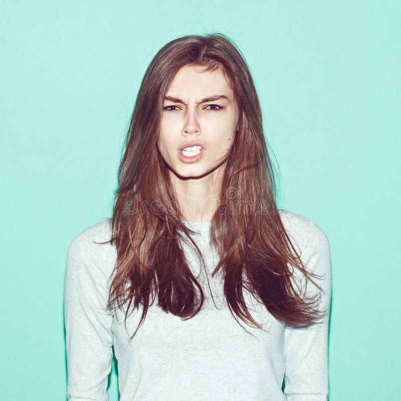 Het emotionele vrij jonge hipstermeisje maakt grappig stock afbeeldingen