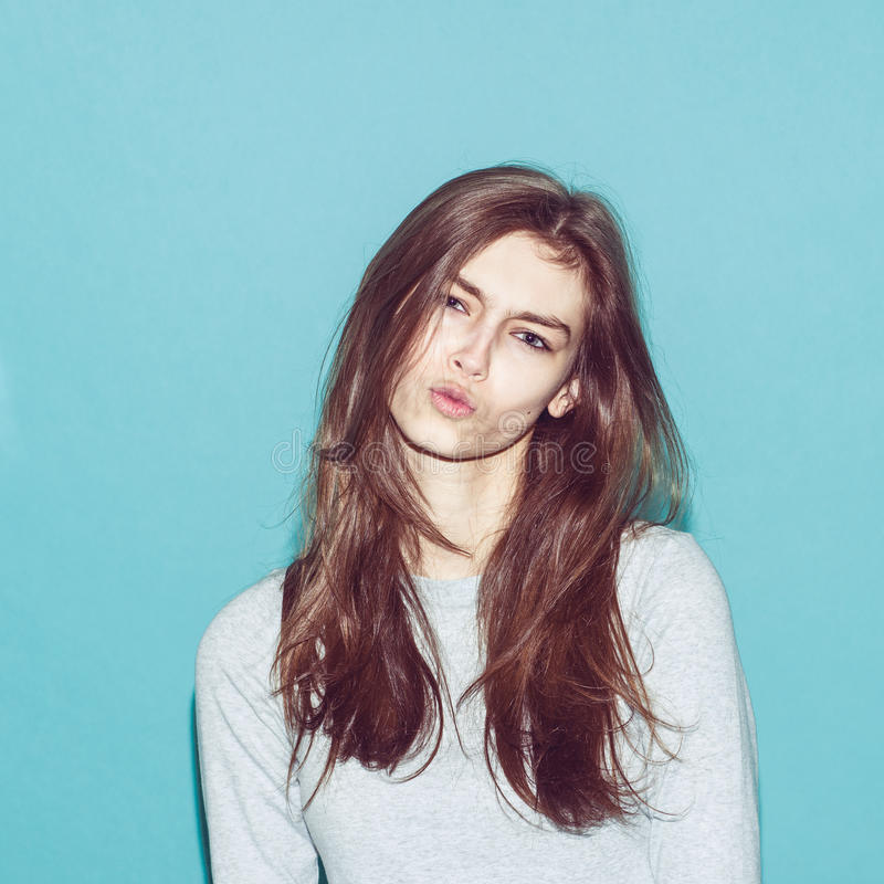 Het emotionele vrij jonge hipstermeisje maakt grappig stock foto's