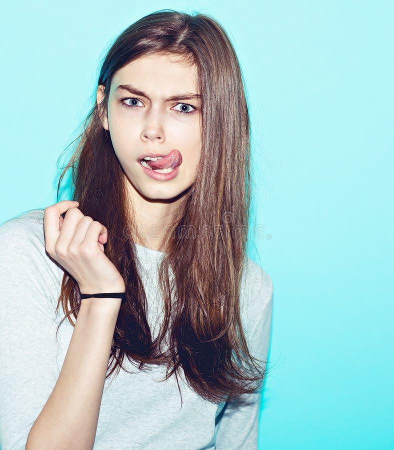 Het emotionele vrij jonge hipstermeisje maakt grappig royalty-vrije stock afbeelding