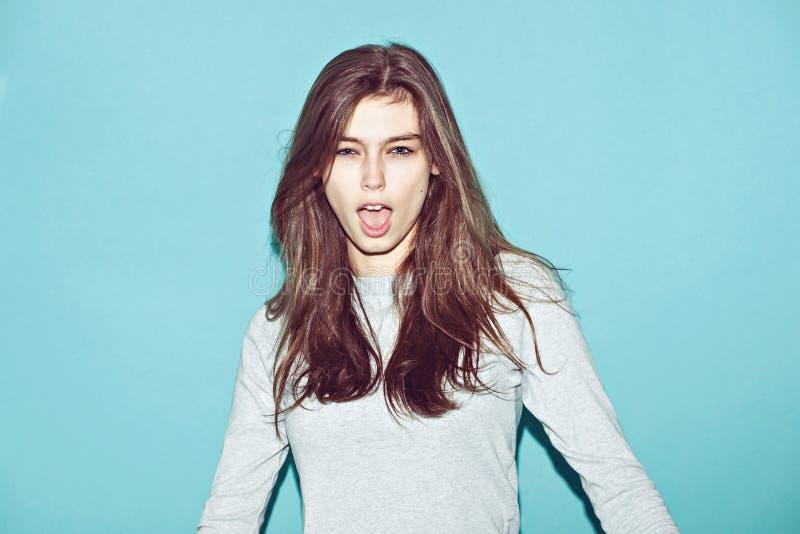 Het emotionele vrij jonge hipstermeisje maakt grappig royalty-vrije stock afbeeldingen