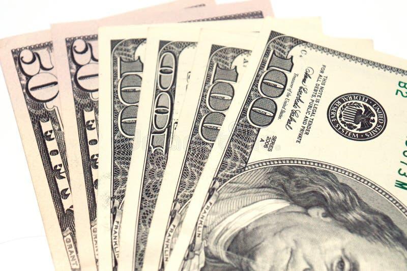het 50 en 100 dollar rekeningenclose-up op een witte achtergrond, isoleert, zijn er ruimte voor tekst royalty-vrije stock foto's