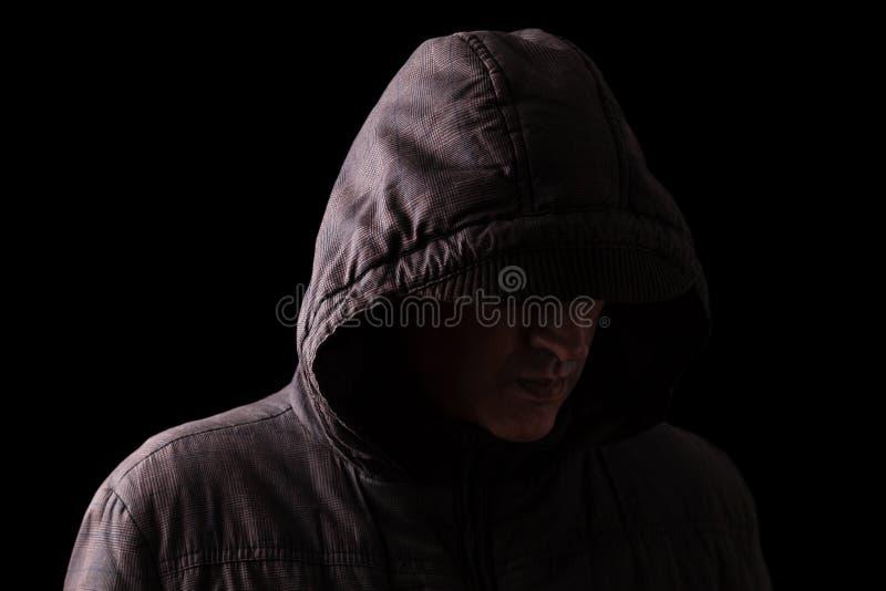 Het enge en griezelige Kaukasische of witte mens verbergen in de schaduwen stock afbeeldingen
