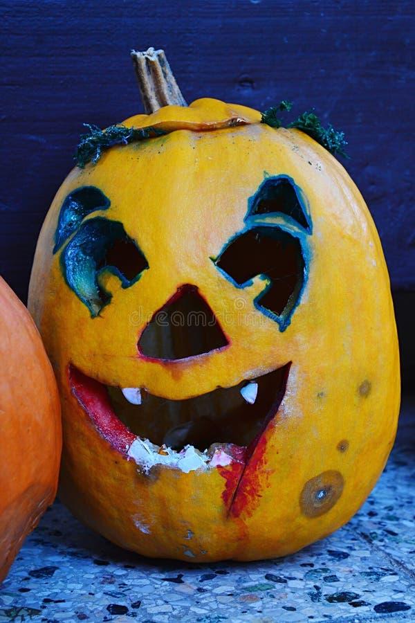 Het enge glimlachen sneed Halloween-hefboomo lantaarn met bloed als het schilderen op kaak en sporen van vloek rond de ogen royalty-vrije stock afbeeldingen