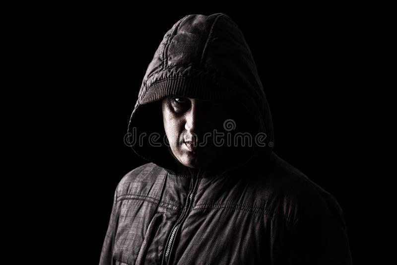 Het enge Kaukasische of witte rijpe mens verbergen in de schaduwen stock foto