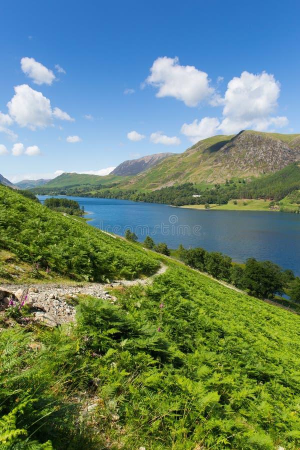 Het Engelse Meerdistrict Cumbria Engeland het UK op een mooie zonnige langs omringde de zomerdag fells royalty-vrije stock afbeeldingen