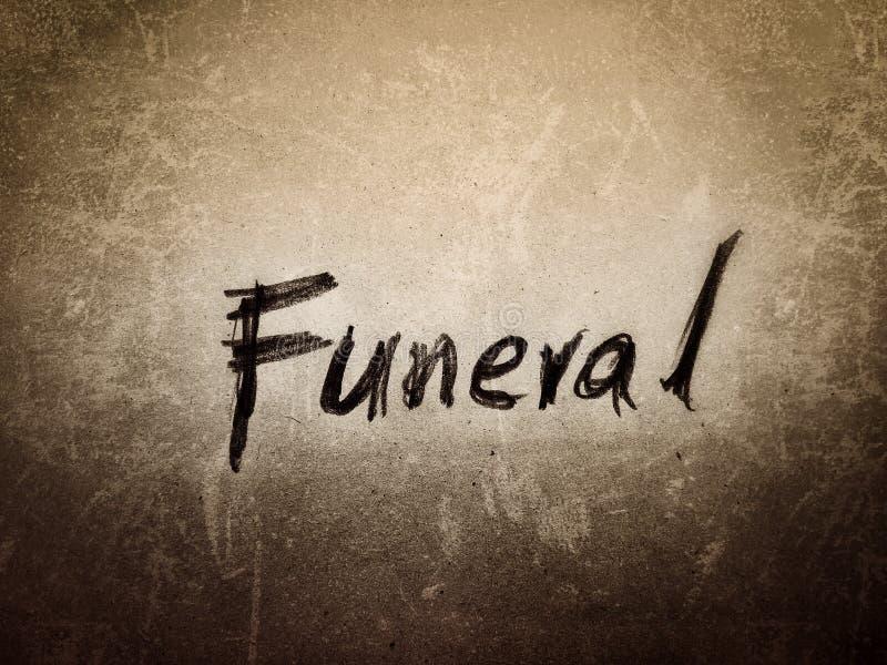 het Engelse woord begrafenis in ruwe stijl geschreven op de bruine oude pagina stock foto's