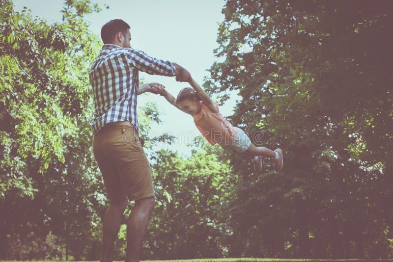 Het enige vader spelen in de weide met dochter Het genieten van in s royalty-vrije stock fotografie