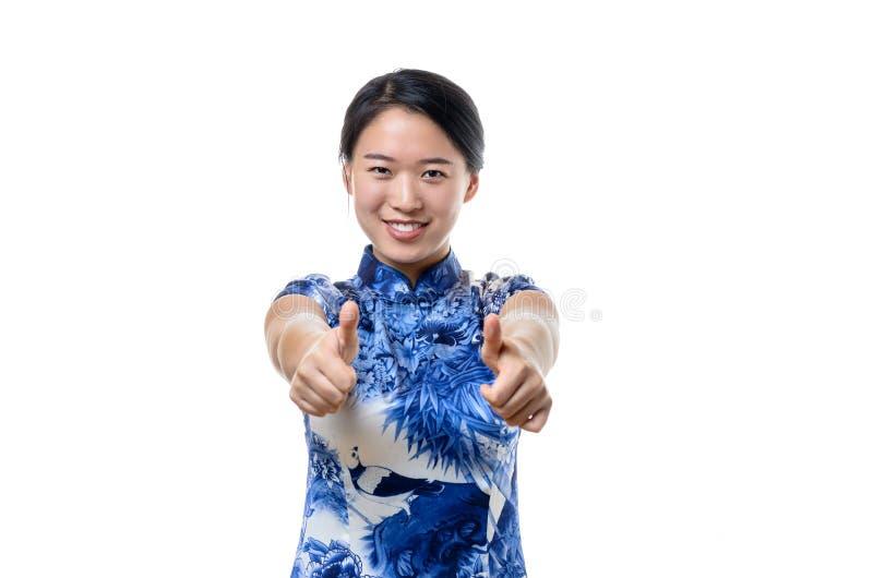 Het enthousiaste gemotiveerde Chinese vrouw geven duimen omhoog royalty-vrije stock fotografie