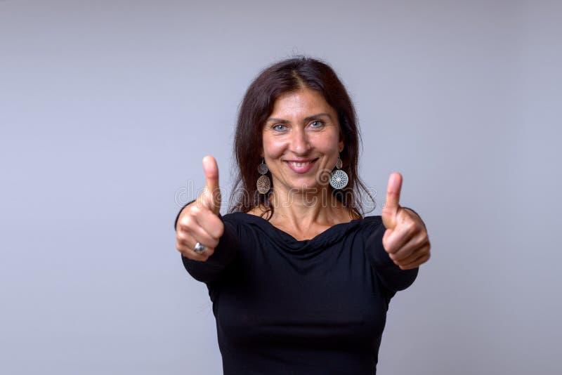 Het enthousiaste gemotiveerde vrouw geven duimen omhoog royalty-vrije stock fotografie