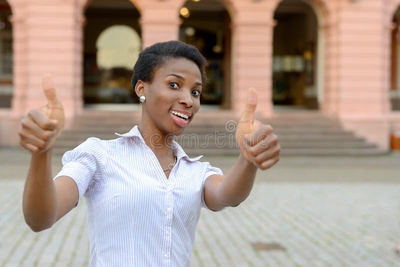 Het enthousiaste gemotiveerde vrouw geven duimen omhoog royalty-vrije stock afbeeldingen