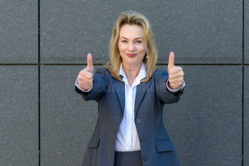 Het enthousiaste gemotiveerde vrouw geven duimen omhoog stock afbeeldingen