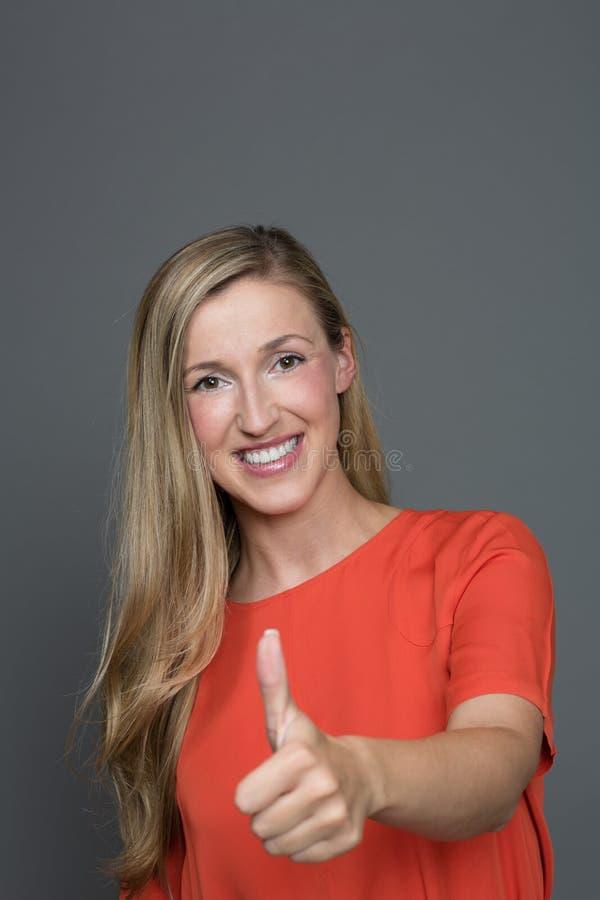 Het enthousiaste vrouw geven duimen omhoog stock foto's