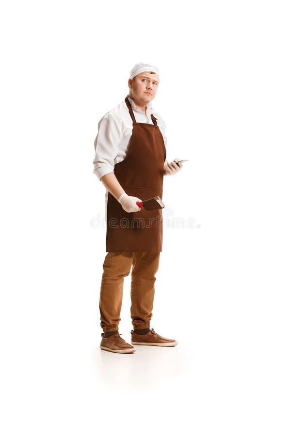 Het ernstige die slager stellen met een mes op witte achtergrond wordt geïsoleerd royalty-vrije stock foto's