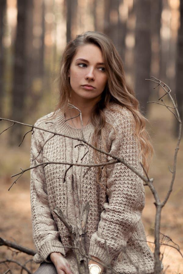 Het ernstige, gedeprimeerde, ongelukkige meisje bekijkt kant en denkt over iets, problemen, het leven, financiën, rekeningen, rek stock afbeelding