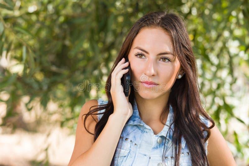 Het ernstige Gemengde Wijfje die van de Rastiener op Haar Slimme Telefoon spreken royalty-vrije stock foto's