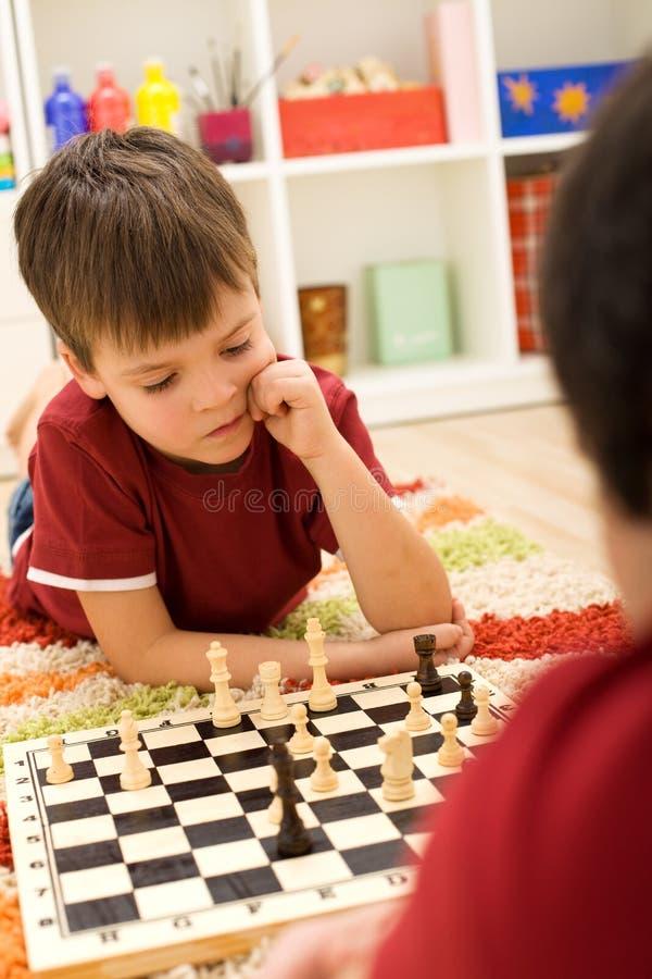 Het ernstige jonge geitje van de schaakspeler stock afbeelding