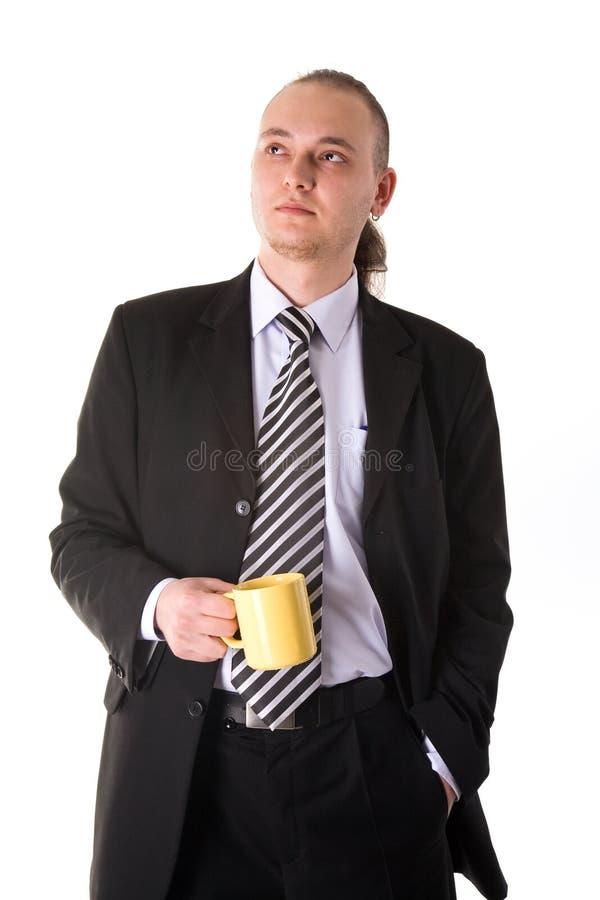 Het ernstige kijken de koffiekop van de zakenmanholding royalty-vrije stock foto