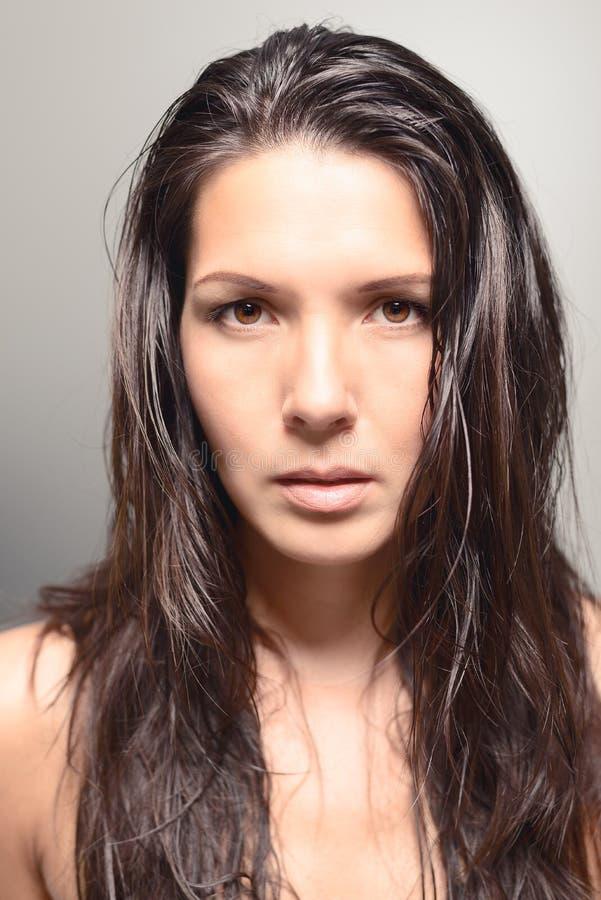 Het ernstige kijken vrouwelijk model met donker haar stock fotografie
