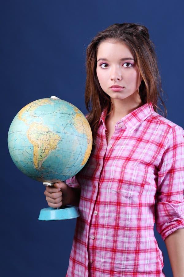 Het ernstige meisje in plaidoverhemd houdt Bol. royalty-vrije stock fotografie