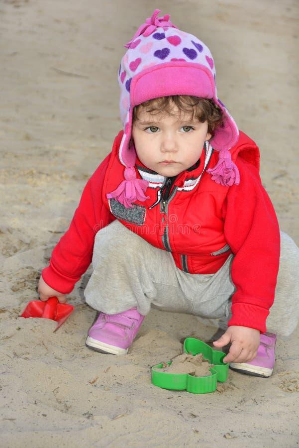 Download Het Ernstige Meisje Spelen Op De Speelplaats. Stock Foto - Afbeelding bestaande uit acties, kind: 39112572