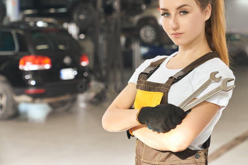Het ernstige professionele mechanische stellen in de autodienst royalty-vrije stock afbeelding