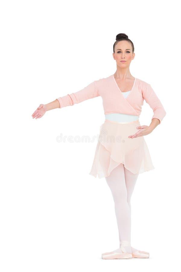 Het ernstige schitterende ballerina stellen voor camera stock foto