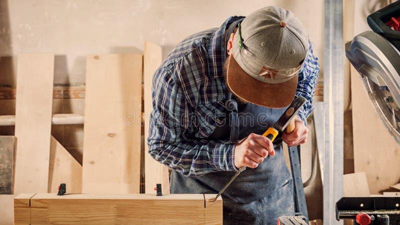 Het ervaren timmermanswerk met houten royalty-vrije stock afbeeldingen