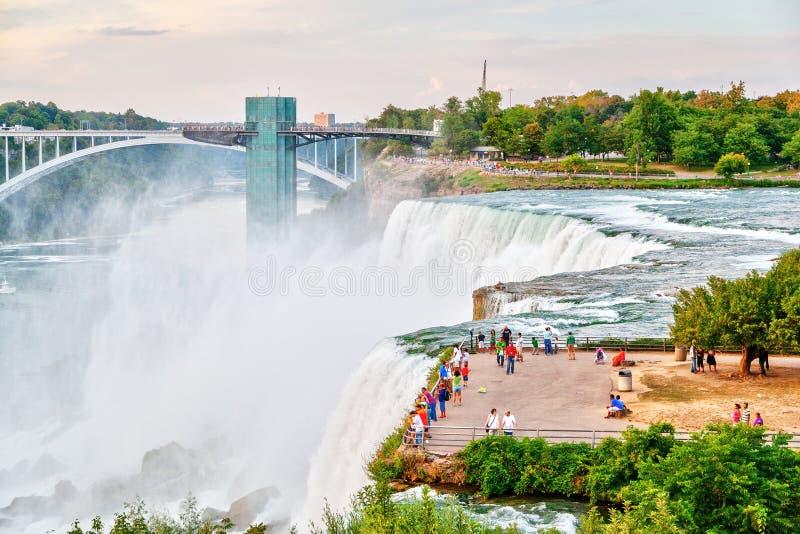 Het ervaren van Krachtige Niagara-Dalingen bij Regenboogbrug in Nieuwe Yor stock fotografie