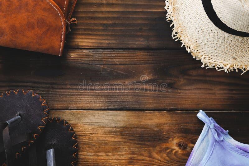 Het essentiële paspoort van reispunten, vliegtuig, Hoed, geld, Sandals, shells op oude houten achtergrond toerisme en reiswijnoog royalty-vrije stock fotografie