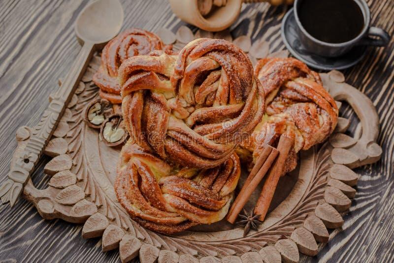 Het Estlandse broodje met kaneel, kaneelbroodje, vanillebroodje, Ochtendkoffie, broodje met koffie, eigengemaakte broodjes, groot stock afbeelding