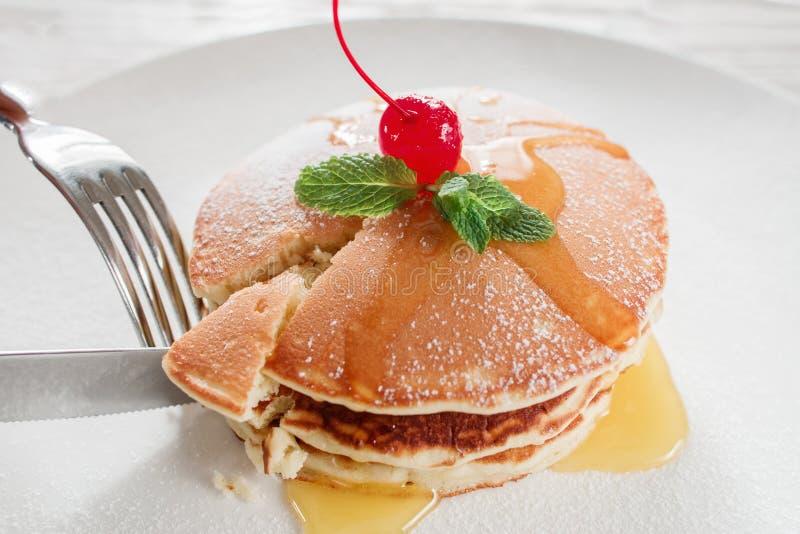 Het eten bij restaurant Zoete Amerikaanse pannekoeken royalty-vrije stock afbeeldingen
