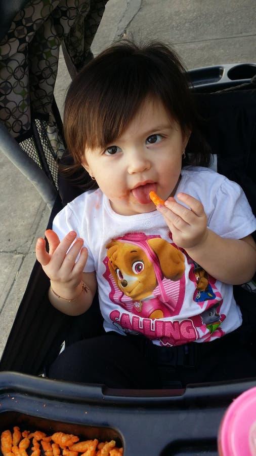 Het eten van cheetos van kaaskrullen royalty-vrije stock foto