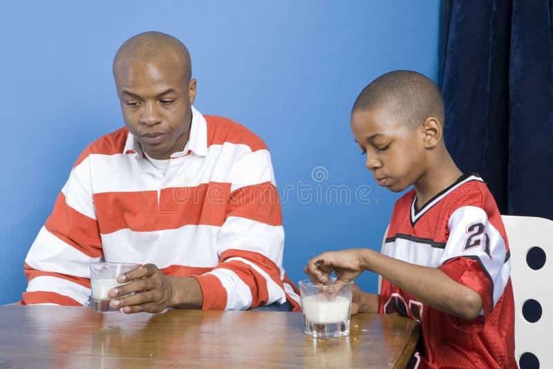 Het eten van de vader en van de zoon royalty-vrije stock foto