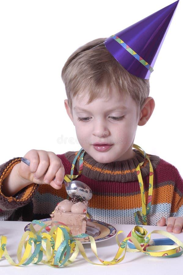 Het eten van de verjaardagscake stock afbeeldingen