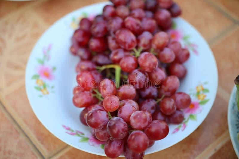 Het eten van druiven helpt regelmatig om de hersenen te voeden en het hart te voeden royalty-vrije stock afbeelding
