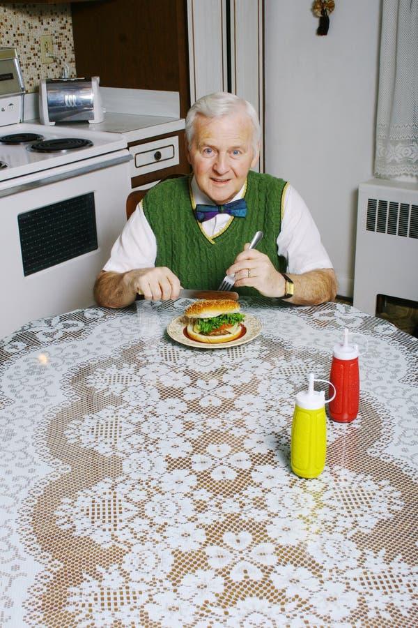 Het eten van een hamburger stock afbeeldingen