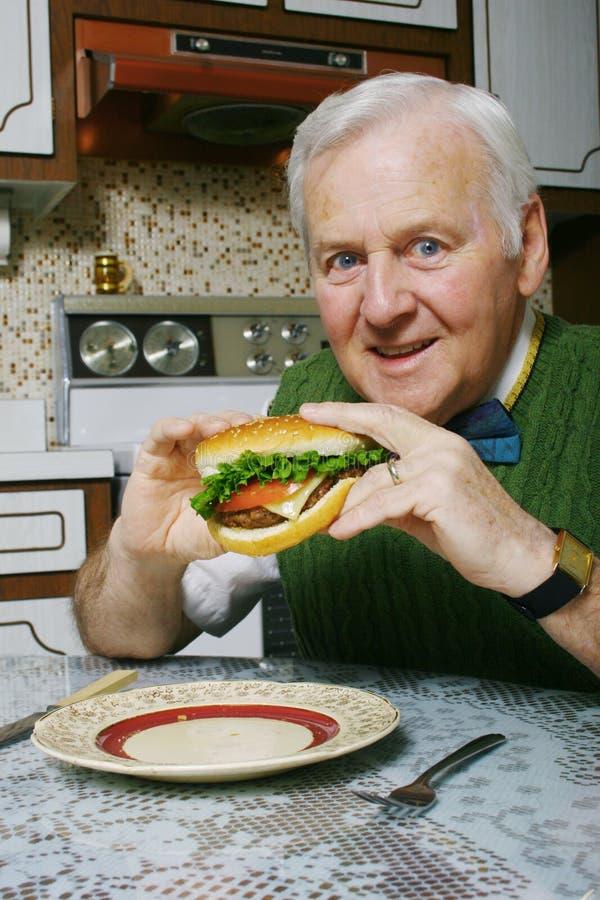 Het eten van een hamburger royalty-vrije stock fotografie